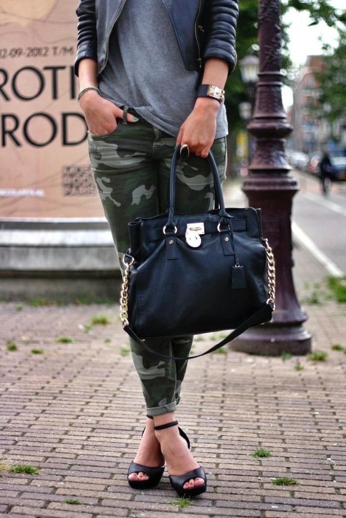 dresscode casual militär print hose schwarze tasche sandalen armband trendy im sommer