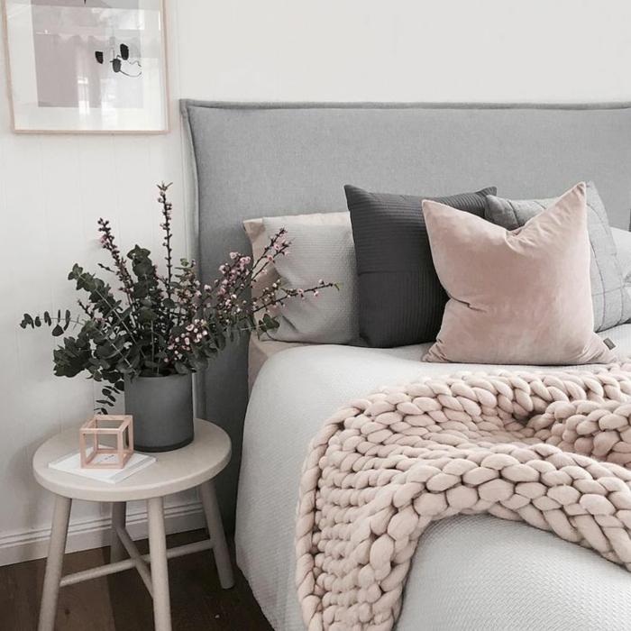 Schlafzimmer Deko und Textilien grau und rosa Farbtöne
