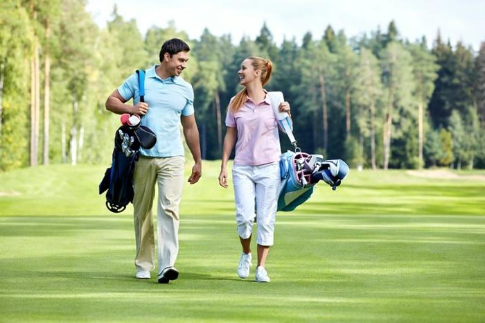 geschenkideen-tolle-vorschlaege-fuer-paare-zusammen-golf-spielen-mann-und-frau