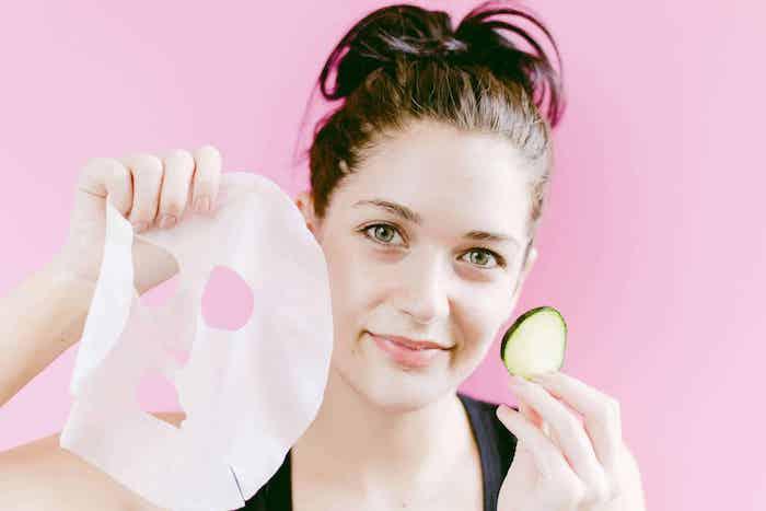 gesichtsmaske selber machen maske diy selber machen feuchtigkeitsmaske anti pickel maske hausmittel gegen unreine haut mädchen mit tuchmaske gurkenscheibe