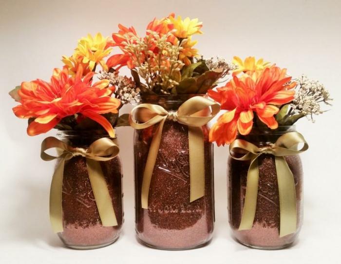 Basteln mit Gläsern - Vasen aus Gläsern goldene Bänder frische Blumen