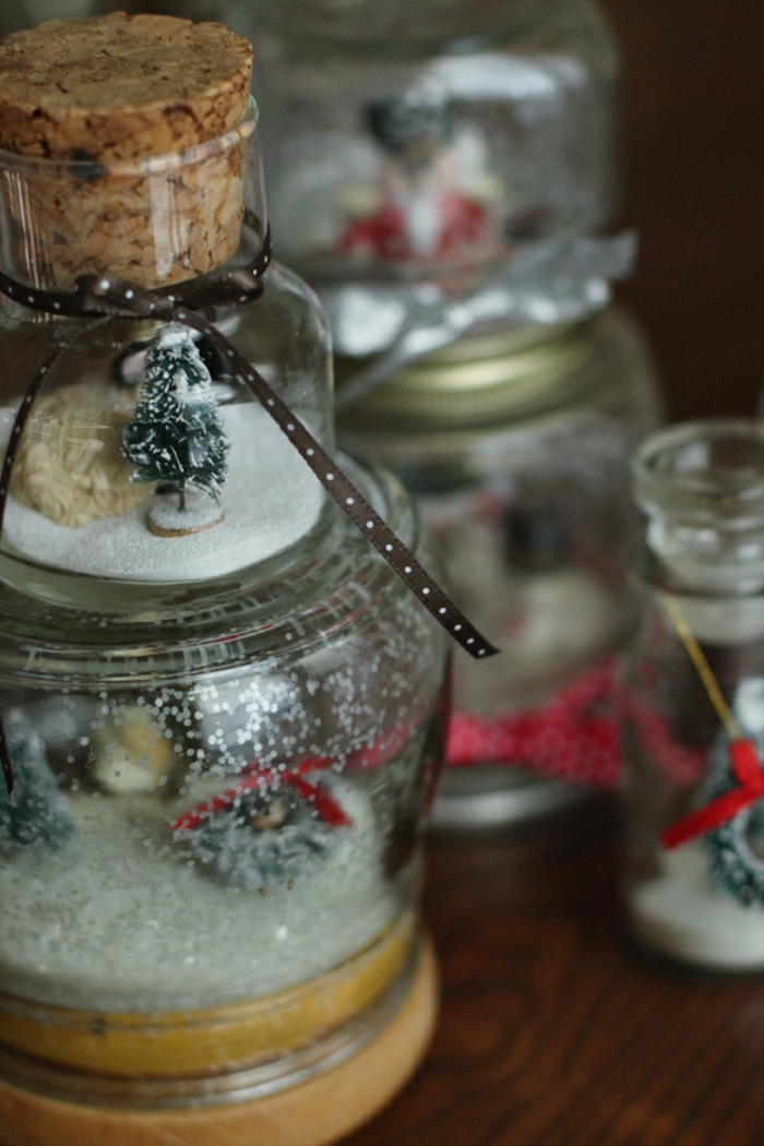 Basteln mit Gläsern - Schneekugeln selber machen mit kleinen Tannenbaum