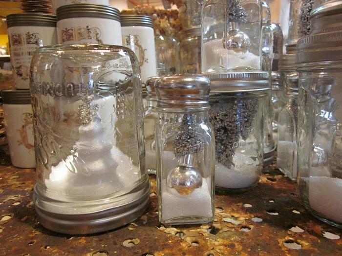 Gläser voller künstlicher Schnee und silberne Deckel