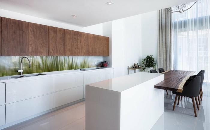 kpche in weiß und braun mit glasrückwand mit grünen pflanzen
