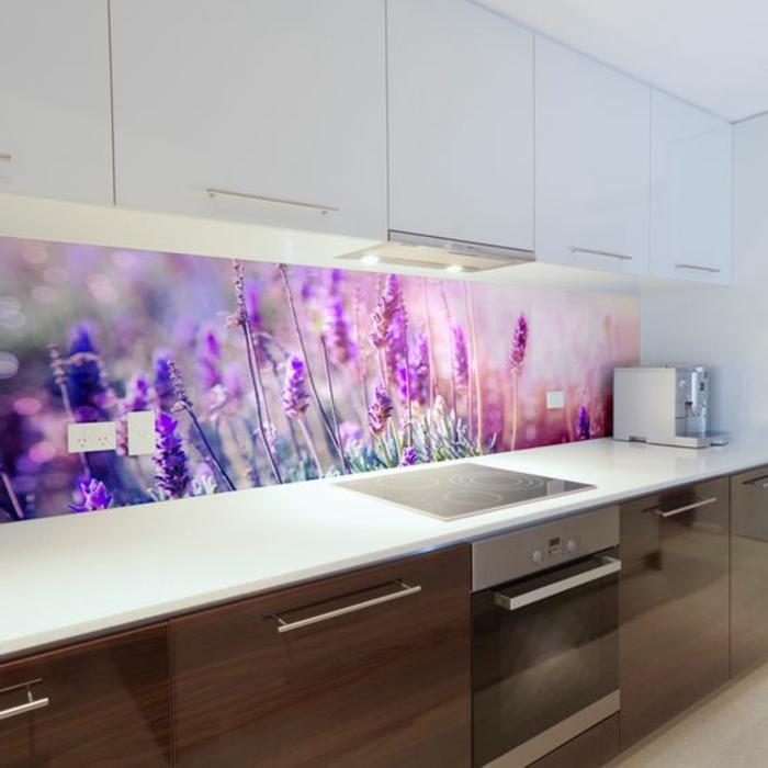 moderne küche in weiß und braun mit glasrückwand mit lila blumen