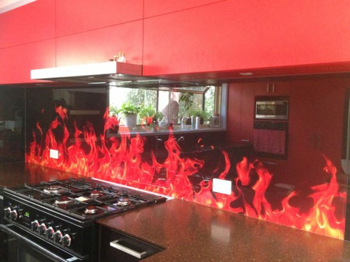 küche in rot und schwarz mit glasrückwand mit feuer