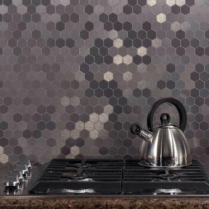küchenrückwand mit kleinen grauen mosaikfliesen
