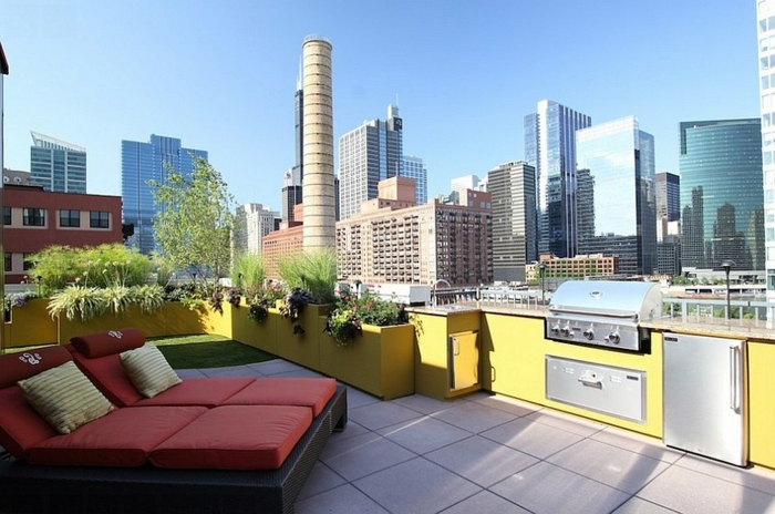 riesige Dachterrasse mit eingebautem Grill und gelben Küchenfronten