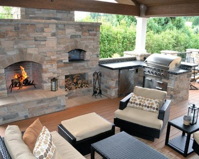 Grillküche mit offener Feuerstelle und komfortablen Flechtmöbeln