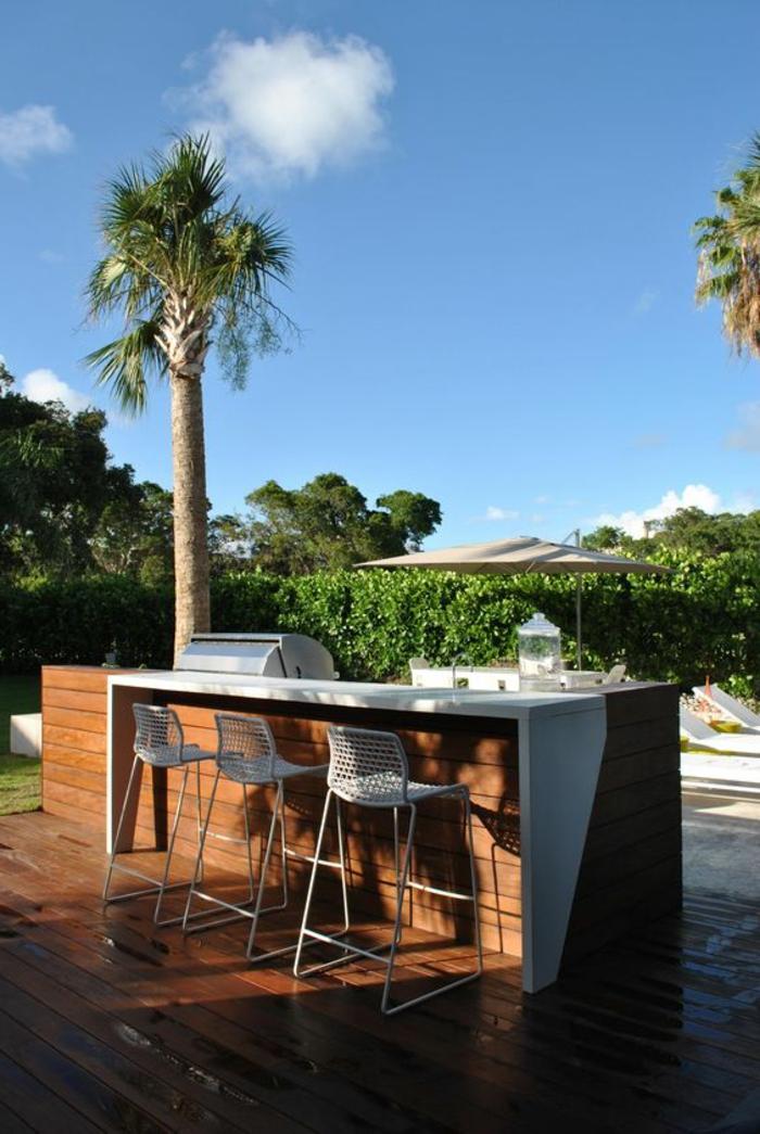 eine Grillküche mit Theke gleich neben dem Gartenschwimmbad