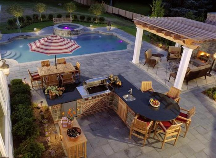 Sommerküche mit abgesondertem Relaxort vor der Feuerstelle