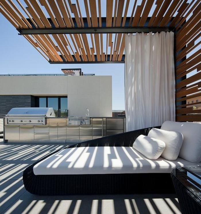Outdoor Grillküche mit einer abgesonderten Relaxecke mit Doppelbett