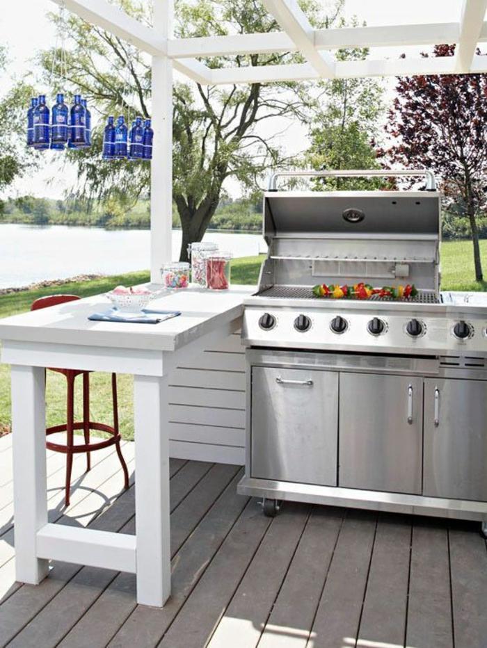 Open-Air-Küche mit Pergola neben dem See