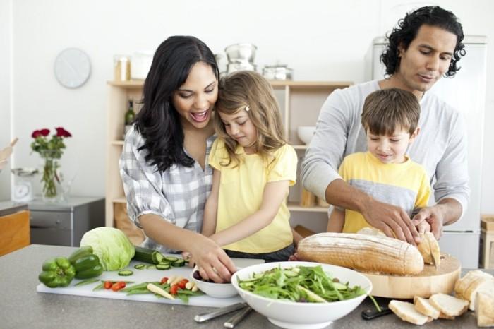 froehliche-familie-macht-das-fruehstueck-zusammen-und-dann-geniesst-es-fuer-einen-guten-start-wochenende