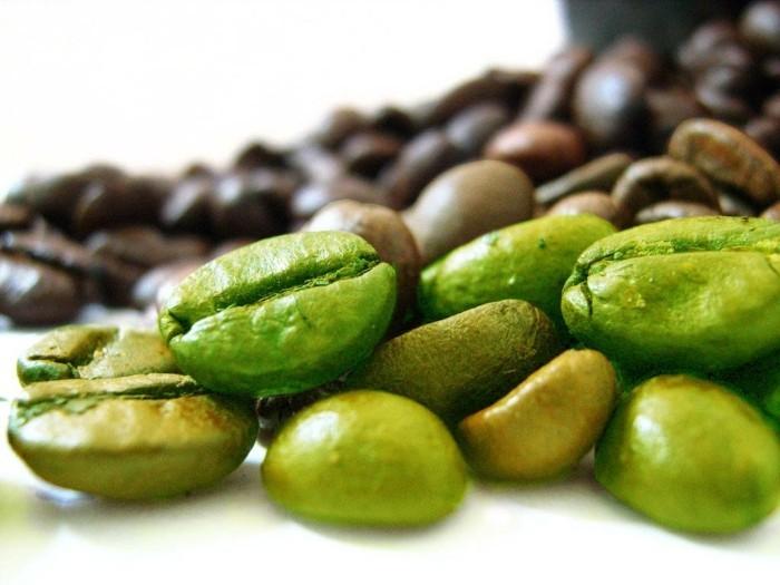 gruener-kaffee-erfahrungen-mit-kaffee-noch-nicht-reif-gruene-und-braune-kaffeebohnen-bild-foto