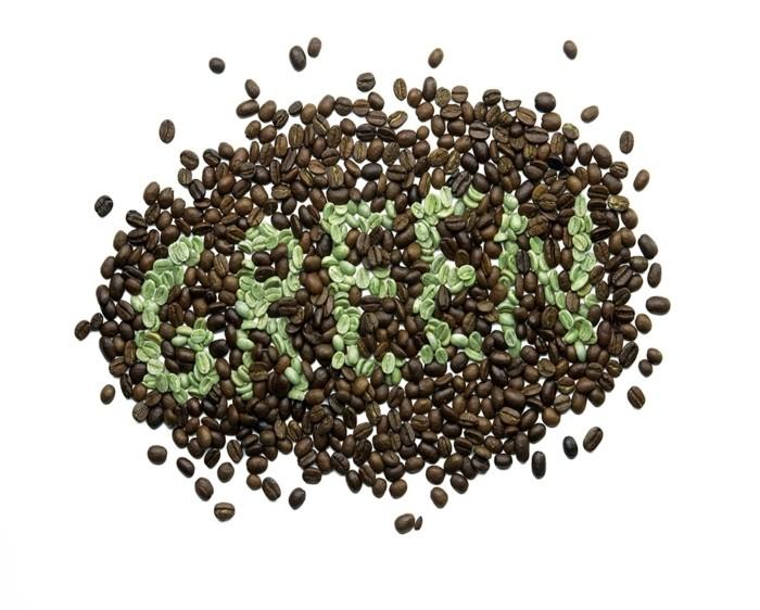 gruener-kaffee-erfahrungen-schoenes-bild-mit-kaffeebohnen-malen-braune-bohnen-und-gruener-kaffee-diaet-positiv