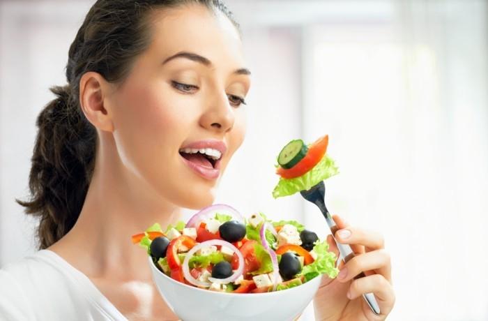 gruener-kaffee-extrakt-salat-essen-schoene-frau-salat-reis-fleisch-und-fische