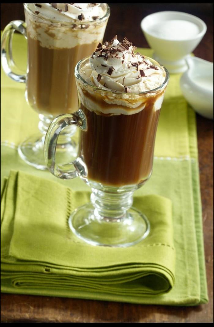 gruener-kaffee-spezialitaet-gruene-tischdeke-alles-kombiniert