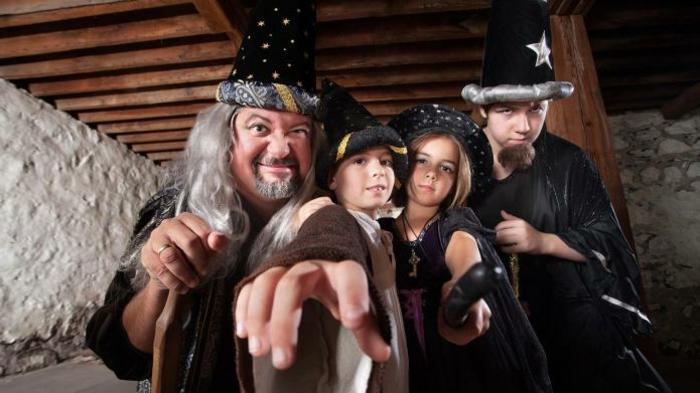 eine Kostüm Gruppe von Zauberer - zwei Junge, ein Mädchen und ein Opa