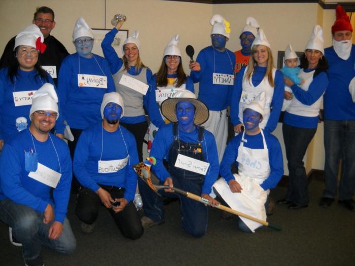 Schmürfe in blauer Farbe in einer Familie Kostüm Gruppe