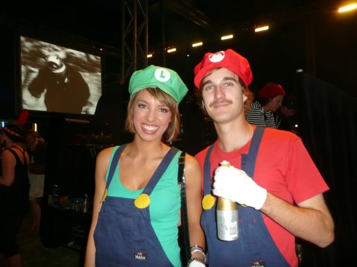 Freund und Freundin mit lustigen Gruppenkostüme von Super Mario