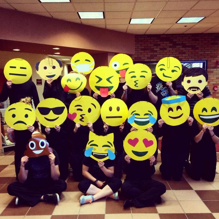 lustige Gruppenkostüme mit Masken von Emojis