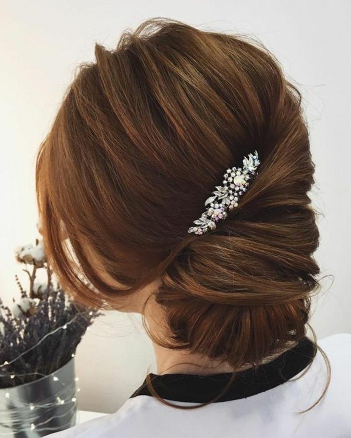 lockere aber stilvolle hochsteckfrisur mit haarschmuck mit kristallen