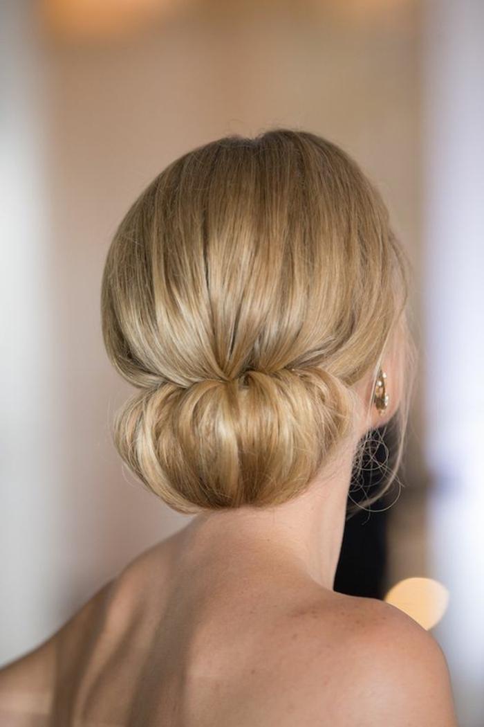 frau mit blonden haaren und schöner hochsteckfrisur