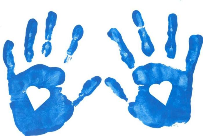 handabdruck bilder - zwei blaue hände mit herzen