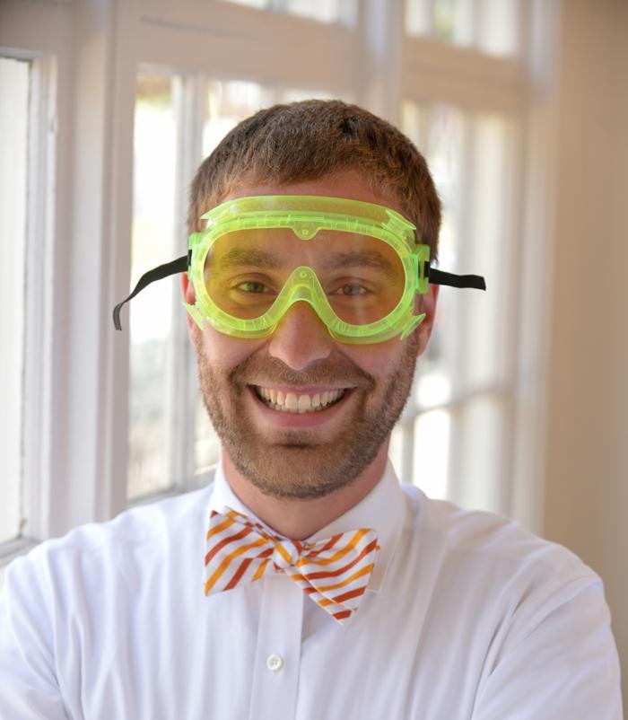 hemd-mit-fliege-bunte-fliege-in-weiss-mit-dekorationen-in-rot-orangen-und-gelb-taucherbrille