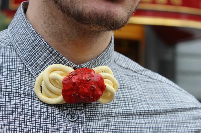 hemd-mit-fliege-ausgefallene-fliege-mit-spagetti-und-tomatensosse-als-dekoration-kreative-idee