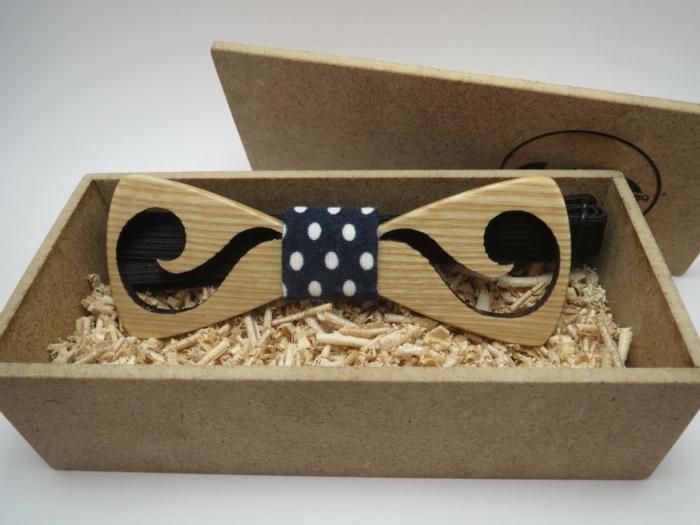 hemd-mit-fliege-mustache-fliege-idee-designidee-in-kasten-geschenkidee-blaue-schleife-gepunktet-weisse-punkte