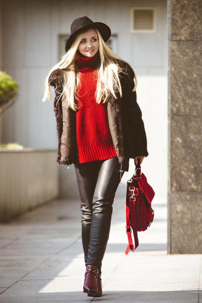 dresscode smart casual rote tasche roter pulli hut rote schuhe lederhose in schwarz jacke blonde frau