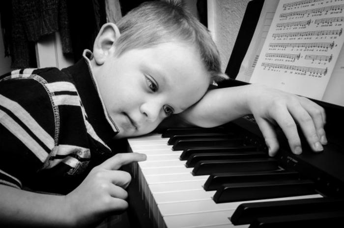 herzzerreißende-bilder-junge-und-klavier