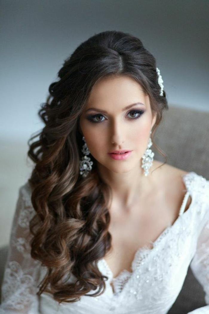 braut mit tollem make up und weißem kleid mit langen ärmeln