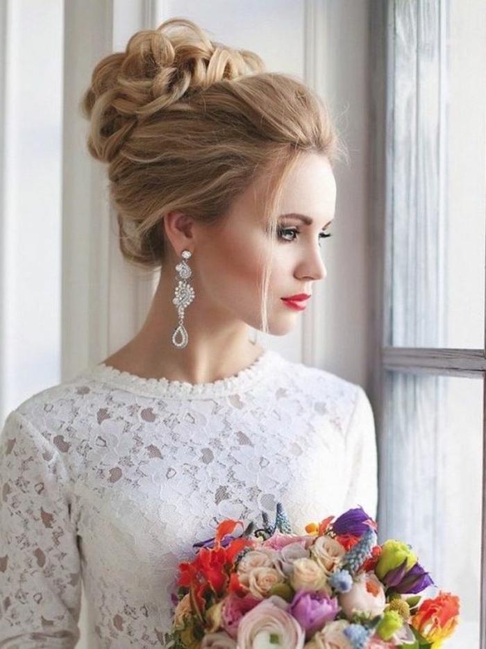 braut mit weißem kleid aus spitze mit langen ärmeln