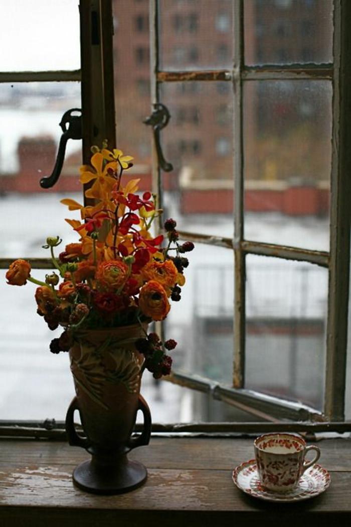 fenster gerostet und blumendeko vase auf der fensterbank vintage tasse