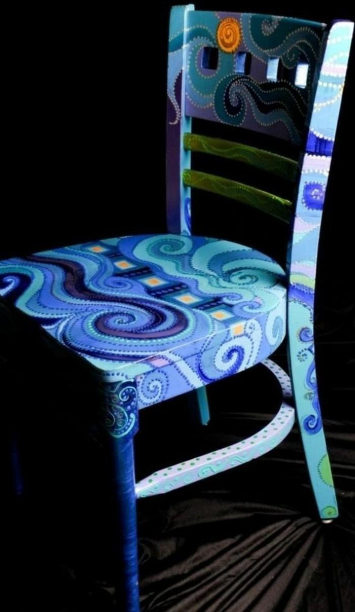 holzstuhl-alt-blauer-stuhl-bemalen-diy-art-möbel-restaurieren