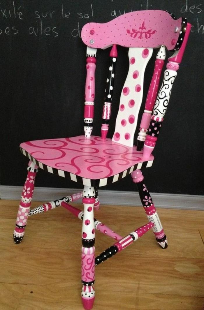 holzstuhl-alt-in-rosa-farbe-bemalen-bunt-schwarze-kreidetafel-boden-aus-holz
