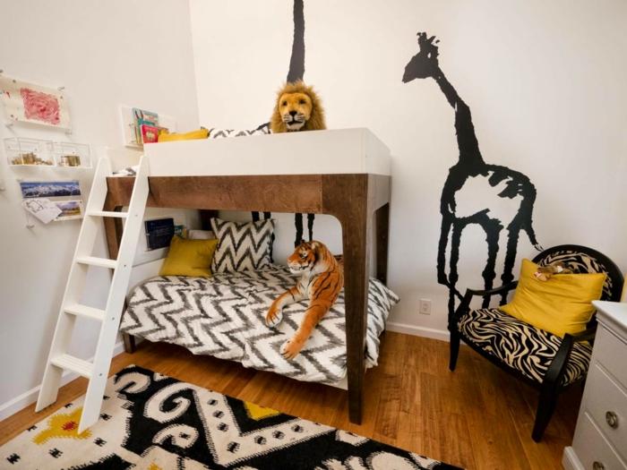 dekoration im kinderzimmer giraffee löwe tiger bettdesign mit treppen teppich kissen zebra print