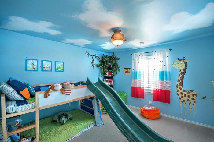 kinderzimmer einrichten blaue wände wolken effekte giraffee malerei rutschbahn vom bett