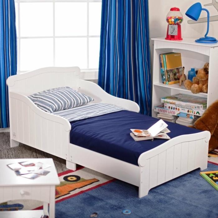 kinderzimmer einrichten weiß blaues bett bunter teppich mit autos motiv deko blaue vorhänge