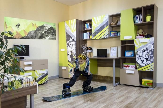 kinderzimmer gestaltung idee in bunten farben ein kind fährt snowboard in seinem zimmer junge
