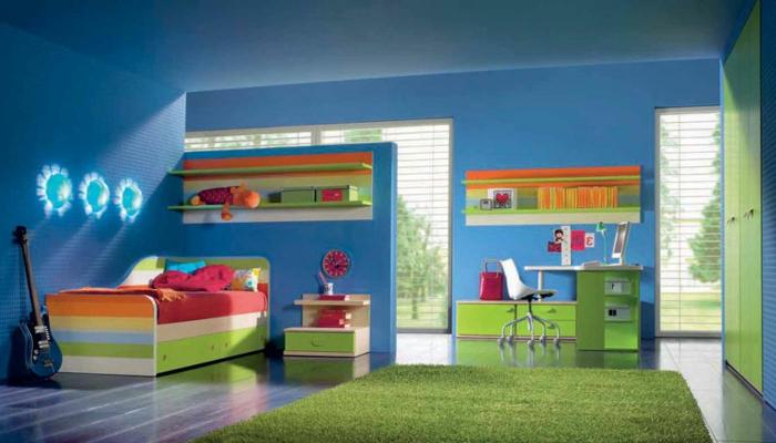 kinderzimmer ideen in blau und grün gitarre buntes bett wie auf regenbogen schlafen schreibtisch