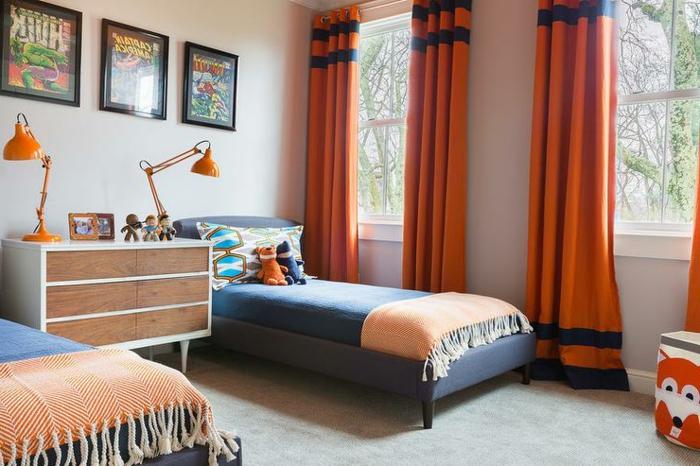 kinderzimmer ideen blau und orange farben komibnieren orange vorhänge lampen blaues bett