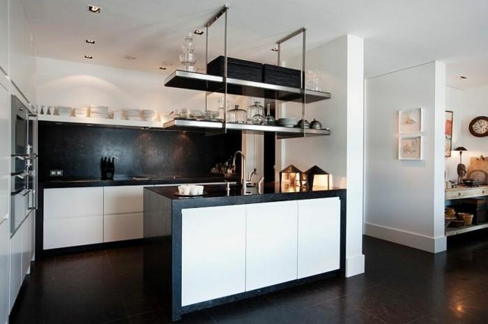 küche-schwarz-weiß-wände-streichen-küchenregale-metall-kochinsel-schwarzer-boden-weiße-küchenschranktüren