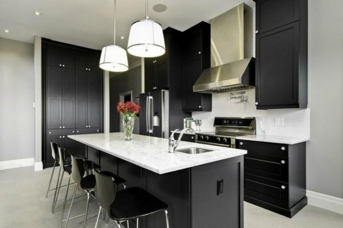 küche-schwarzen-küchenschranktüren-weißer-boden-marmor-tischplatte-plastikstühle-metallbeinen