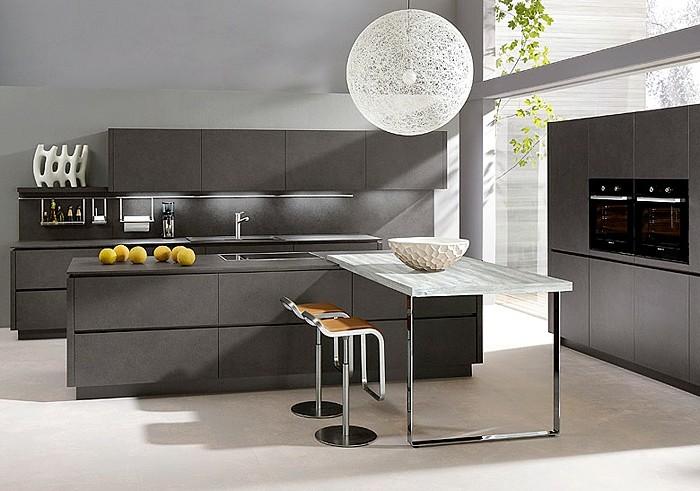 küche-wände-streichen-hellgrau-boden-cremeweiß-holztisch-metallbein-runder-kronleuchter-lederstühle