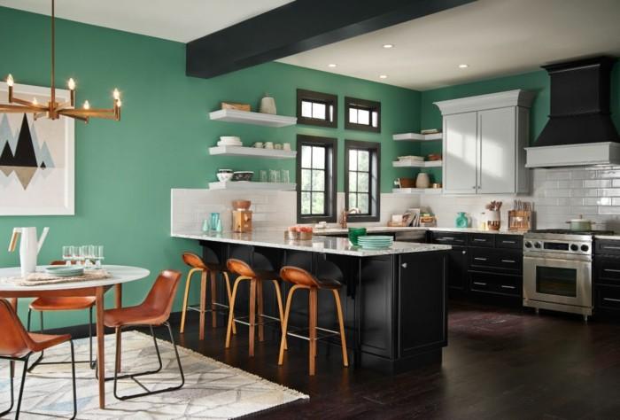 küche-wände-streichen-grün-led-licht-dunkler-laminatboden-weißer-musterteppich-weißer-rundtisch-holzstühle
