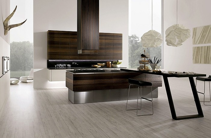 küche-wand-streichen-weiß-papierkronleuchter-holzschränke-laminatboden-schwarze-stühle-metallbeine